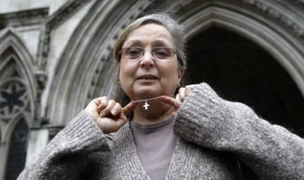 Nadia Eweida avait été licenciée de British Airways en 2006 pour avoir refusé d'ôter son pendentif par dessus son uniforme © Sang Tan / AP / SIPA