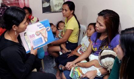 Des femmes assistent à une formation sur la contraception, dans un bidon-ville de Manila © Jay Directo / AFP