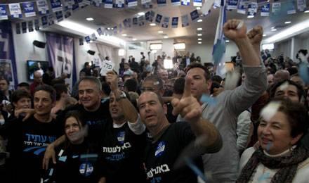 Des supporters du parti centriste Yesh Atid manifestent leur joie après l'annonce des résultats, le 23 janvier, au QG du parti © LEVINE / SIPA