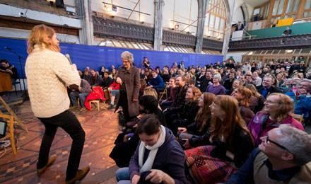 """Le comédien Sanderson Jones anime la """"messe"""" athée, le 3 mars dernier, dans une église reconvertie au nord de Londres © LEON NEAL / AFP"""