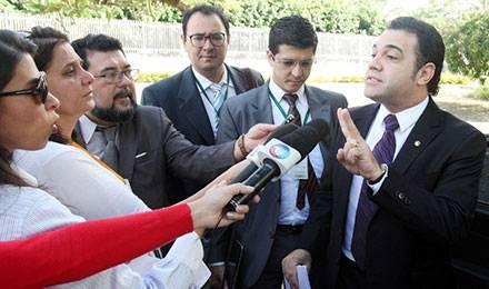 Marco Feliciano (à droite) répond aux questions des journalistes suite à son élection à la tête de la commission des droits de l'homme et des minorités © ANDRE DUSEK / ESTADAO CONTEUDO / AGÊNCIA ESTADO