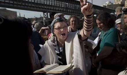 """Une Juive membre des """"Femmes du mur"""" anime une prière devant le mur des Lamentations  © Bernat Armangue/AP/SIPA"""