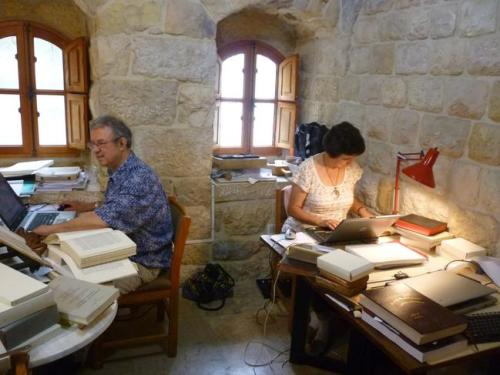 Dans le scriptorium du patriarcat syro-catholique à Charfet (Liban), en 2011, elle étudie les manuscrits avec son collègue Alain Desreumaux. © F. BRIQUEL-CHATONNET/DR